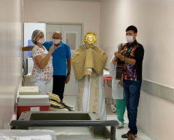 Padre leva Santíssimo e reza por pacientes e funcionários do Hospital Regional em Arapiraca