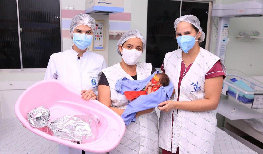 Crianças prematuras são vestidas com roupas de super-heróis para simbolizar luta pela vida