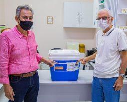 Técnica de enfermagem é a primeira a ser vacinada no Hospital Regional